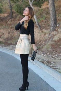 Unas medias negras son ideales para contrastar si tienes una falda clara que quieras usar.