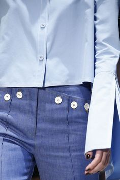 O uso do botão como elemento de enfeite resgata uma moda que existiu entre as décadas de 1950 e 1970 atingindo seu auge nos anos 60.