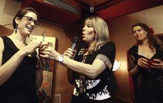Céline Vroman, winnares van de Virtuele Assistent 2012 award neemt de bokaal in ontvangst van Marianne Sturman (directeur Moneypenny)