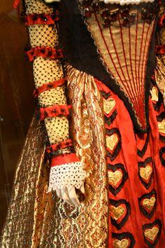 """Red Queen """"Alice in Wonderland"""" Red Queen Costume, Queen Of Hearts Costume, Queen Of Hearts Alice, Queen Alice, Halloween Alice In Wonderland, Wonderland Costumes, Cosplay, Colleen Atwood, Hallowen Costume"""