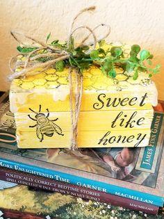 Dollar Tree Decor, Dollar Tree Crafts, Bee Crafts, Wood Crafts, Lemon Crafts, Bee Nursery, Wood Book, Bee Theme, Tray Decor