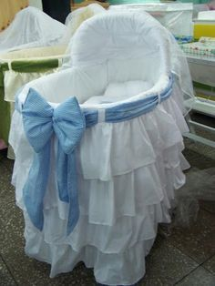 ¿Cómo hacer un moisés para tu bebé? Míralo aquí, gracias a este tutorial que hoy recuperamos. Baby Doll Bed, Doll Beds, Baby Dolls, Baby Crib Bedding, Baby Cribs, Bedding Sets, Baby Basinets, Cradles And Bassinets, Baby Cradles