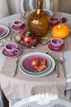 """Вдохновила нас на эту осеннюю сервировку стильная коллекция """"Калейдоскоп"""" с марокканскими и турецкими мотивами. У неё очень интересная рельефная отделка с кракелюром и глазурью и """"вкусное"""" сочетание цветов ментола и ежевики. А главная фишка здесь - это натуральный декор (листья, березовая кора, яблоки, гроздья рябины)"""