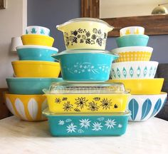 Vintage Pyrex is highly collectible ! This is a great primer on Pyrex for those who want to collect Vintage Kitchenware, Vintage Dishes, Vintage Glassware, Antique Dishes, Vintage Tins, Plywood Furniture, Modern Furniture, Furniture Design, Home Design