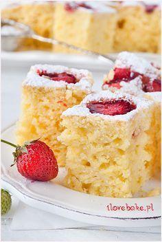 ciasto jogurtowe z truskawkami i owocami