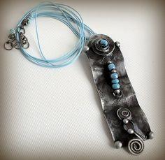 Cínovaný šperk ozdobený skleněnými korálky. Z autorské dílny Qtáček.