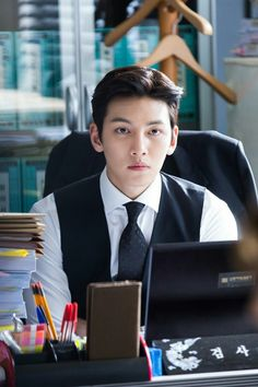 """[Drama] Ji Chang Wook looks dashing in suits in """"Suspicious Partner"""" May 2017"""