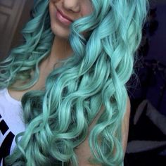 Wonderful teal green hair color with waves, nice mermaid hairstyle