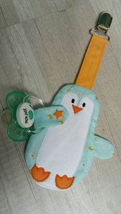 Attache tétine Petit Pingoo Sewing Baby Clothes, Baby Sewing, Diy Sewing Projects, Sewing Crafts, Baby Crafts, Diy And Crafts, Kit Bebe, Dummy Clips, Baby Towel