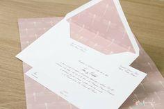 Invitación clásica de boda con sobre forrado en rosa nude con libélulas crema