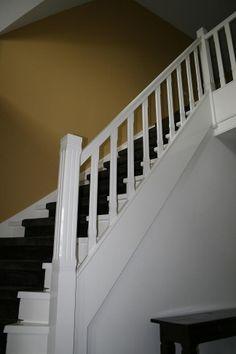 Mooie wit gelakte houten dichte kwartslagtrap 5 met loper 5.