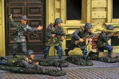 World War II Italian Forces Attack complete set - Made by The Collectors Showcase Military Miniatures and Models. Factory made, hand assembled, painted and boxed in a padded decorative box. Excellent gift for the enthusiast.