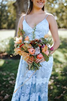 PREVIEW  Isn't her bouquet stunning? The mixture of blooms and colors is so beautiful. And she just looks perfect in her BHLDN dress. Love everything about this wedding style. :)  #anmakoyweddings #anmakoyphotography #bloomworkshop #bloombashdallas #hochzeit2018 #braut2018  Venue: @thewhitesparrow Florals: @amyosabaevents Hair & Makeup: @tracymeltonartistry Wedding Dress: @bhldn Rings: @susiesaltzman Event Concept + Design: @michaelanoelledesigns @ashleyslaterphotography of @bloomtheworkshop