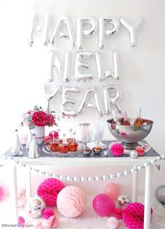 A Pink and Silver New Year's Eve Party - ideas on DIY decor, party food and a delicious cocktail recipe to help you celebrate the new year in style! New Years Appetizers, Appetizers For Party, Menu Nouvel An, Party Food Ideas For Adults Entertaining, Bird Party, Super Party, Valentine's Day Diy, New Years Eve Party, Craft Party