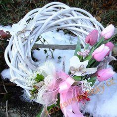 Novinky   Velikonoční věnec - Růžové tulipány a ptáčci   Kouzelné kytičky Door Wreaths, Grapevine Wreath, Diy Art, Grape Vines, Floral Wreath, Crown, Create, Spring, Inspiration