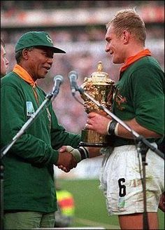 "South African President Nelson Mandela & François Pienaar, captain of the Springboks- Rugby World Cup ""One Team, One Country"" just looking at this makes me well up with pride to be a Saffer! Rugby League, Rugby Players, Rugby World Cup Trophy, Nelson Mandela Pictures, Rugby Games, Champions, African History, One Team, Women's Cycling"