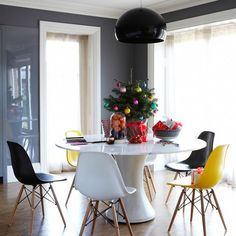 round table, eames chairs, black lamp <3