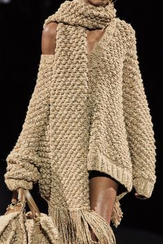 Dolce & Gabbana Fall 2020 Ready-to-Wear Fashion Show - Dolce & Gabbana Fall 2020 Ready-to-Wear Collection – Vogue - Fashion Mode, Vogue Fashion, Fashion 2020, Fashion Show, Fashion Looks, Fashion Outfits, Fashion Design, Fashion Trends, Fashion Details
