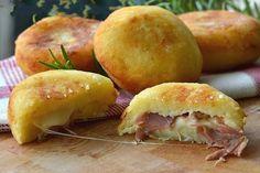 Една много бърза и лесна за изпълнение рецепта от сицилианската кухня. Съставките са лесно достъпни и евтини.   Картофките са идеално предястие за всяка вечеря, коктейл или шведска...
