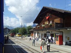 schonried - Google zoeken Swiss Railways, Standard Gauge, Bergen, Switzerland, Cities, Old Things, Street View, Country, Building