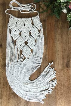 [Werbung/Advertising] Wunderschöner Macramé Brautstrauß-Wrap, der auf keiner Hochzeit im Boho-Stil fehlden darf. Die schönen Makramee Bridal Bouquets findet ihr auf elfenweiss im Online-Shop. Bridal Bouquet Wrap - available on elfenweiss.de.