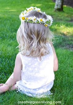 Step by step tutorial for how to make a flower crown from daisies. The DIY tutorial shows you how to make a daisy chain from wildflowers. This same technique works to make a flower headband or flower crown from any soft stemmed flower like daisies, dandelions or other wildflowers. #daisycrown #daisychain #flowercrown #naturecrafts Easy Arts And Crafts, Simple Crafts, Easy Craft Projects, Home Crafts, Crafts For Kids, Daisy Crown, Flower Crown, Real Flowers, Summer Flowers