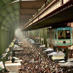 Schwebebahn über einem Flohmarkt in Wuppertal (nicht Metropolis :P)