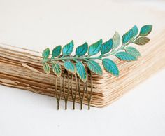 This is a beautiful green patina leaf hair comb. A perfect piece of hair jewelry for the bride, bridesmaids or any special occasion. A detailed