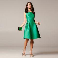 DESCRIPCIÓN: Vestido de fiesta corto, de tirantes, con escote trasero. Corte a cintura. Falda evasse, con costadillo y pinzas en el delantero. Bolsillos en la falda para darle un toque más sofisticado al look. Cierre mediante cremallera invisible en la parte posterior.  TALLAS: 36 38 40 COMPOSICIÓN: Exterior 95%PES 5%EA Forro90%PES 10%EA CUIDADOS: Lavar …