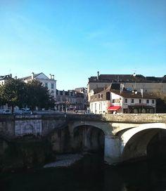 Y de repente el Bistrot du Pont. Nos atendieron de maravilla comida rica rica y con vistas al río. En la foto el toldito rojo ;) #Olorón #igersdonostia #igersaquitaine #instatravel #travelgram