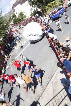 #Boloencierro 2015 en #Mataelpino. Un peculiar encierro donde se ha sustituido al toro por una pelota gigante de más de 3 metros de diámetro y más de 170Kg. de peso. El encierro más divertido de la Sierra de Madrid en plena naturaleza.