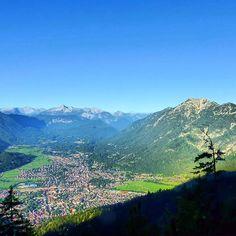 Es regnet heute, deshalb ein Bild aus sonnigeren Tagen. Blick vom #wank im #estergebirge ins Tal und (rechts) zum #kramer, hinten die Tiroler Berge #nature_obsession_landscapes #bd #bdphotoshare #bayern #bavaria #oberbayern #nature #nature_lovers #germany #beautifulplace #placewhereilive #IGS_photos #garmisch #partenkirchen  #alps #alpen #bavarianalps #berge #mountains #wettersteingebirge #wank #ig_deutschland #ig_germany #wandern #bergtour #hiking #bpd_ #Padgram