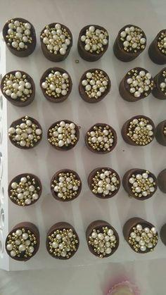 Copinhos de chocolate com mousse de chocolate e pérolas.