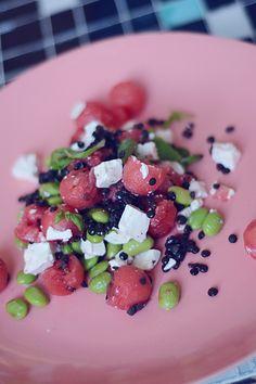 Min appetit og madlyst er gået i sommermodus og jeg har allermest lyst til lækre, farvestrålende salater lige nu. Salat af vandmelon og feta + en krydderurt som basilikum eller mynte, er efterhånden en klassiker, men jeg fik lyst til at give den lidt mere 'fyld', så den kunne stå alene som tilbehør til fisken …
