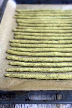 Kuerbiskern-Grissini | 20 Stück | 100 g Mehl (Typ 1050), 25 g Kürbismehl, 2 EL Kürbiskernöl, 10 g frische Hefe, 1/2 TL Zucker, 1/2 TL Backpulver, 1/2 TL Salz