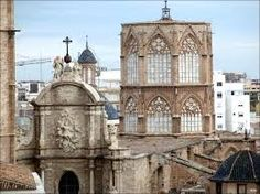 Se encuentra sobre la antigua mezquita de Balansiya, que se había alzado sobre la antigua catedral visigótica, edificada sobre un antiguo templo romano dedicado a Júpiter o Diana, del que aun hoy se pueden ver en pie las columnas, en el museo de la Almoina, junto a la Catedral
