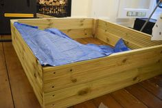 Attaching the tarpaulin base to the sandbox with felt nails Wooden Sandpit With Lid, Wooden Sandbox, Kids Sandbox, Outdoor Play Spaces, Kids Outdoor Play, Picnic Table Plans, Kids Indoor Playground, Folding Seat, Sand Pit