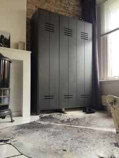 Kast van woood, geverfd in de kleur industrial grey By flexa, boys room