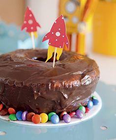 O bolo básico de cenoura ganhou ares de festa com os foguetes de papel