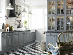 černé a bílé dlaždice kuchyňské podlahy