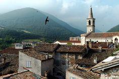 Le Marche-Cagli. Prachtig stadje met mooie gebouwen,kleine pleintjes en smalle straatjes.Vlakbij kun je zwemmen in de rivier.