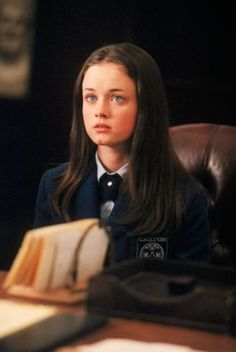 """Alexis Badel as Rory Gilmore in trouble in the principal's office of her private school in the """"Gilmore Girls"""" television series. Gilmore Girls, Rory Gilmore Style, Lorelai Gilmore, Rory Gilmore Hair, Alexis Bledel, Lauren Graham, Wattpad, Film Serie, Disney Channel"""
