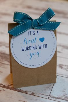 Staff Appreciation Free Printable Gift Tags It's a Treat Working With You Tags Staff Gifts, Volunteer Gifts, Client Gifts, Gifts For Volunteers, Employee Appreciation Gifts, Employee Gifts, Gifts For Employees, Diy Gifts For Teachers, Gift For Teacher