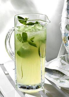 Limetistä, mintusta, sokerista, rommista ja kivennäisvedestä syntyy raikas mojito-drinkki. #mojitorecipes