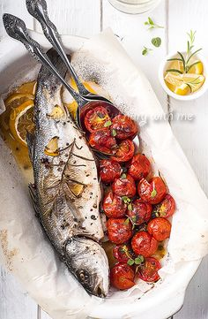 Romantic Meals For Two: Roasted fish with tomatoes and herbs. Healthy Food Habits, Healthy Eating, Healthy Recipes, Fish Recipes, Seafood Recipes, Cooking Recipes, Cooking Tips, Fish Dishes, Seafood Dishes