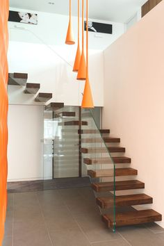 Adorable-Floating-Staircase-Sesign-by-Bisca-with-Orange-Chandelier-and-Glamorous-Glass-Railing.jpg (800×1202)