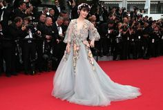 From Marchesa's most recently collection that got its inspiration from rock royalty in the late sixties and early seventies, Woodstock, and gypsies, actress Fan Bingbing carried the voluminous dress well.
