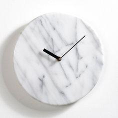 Horloge en marbre. Elle apporte une touche d'élégance dans la déco. Mécanisme à quartz, alimentation par 1 pile type LR6 de 1,5 V (non fournie). 1 platine pour fixation murale.Dimensions : diamètre 25,4 cm x épaisseur 4 cm.