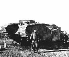 Erster Weltkrieg Westfront Britischer Panzer deutscher Soldat Tank  1917