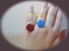 Anillo artesanal de alambre de aluminio adaptable decorado con terminación sobre un botón. Handmade wire button ring. VER TUTORIAL https://www.facebook.com/NataliaYamilaDIY/photos/a.196968537139237.1073741839.172060006296757/318342865001803/?type=3&theater
